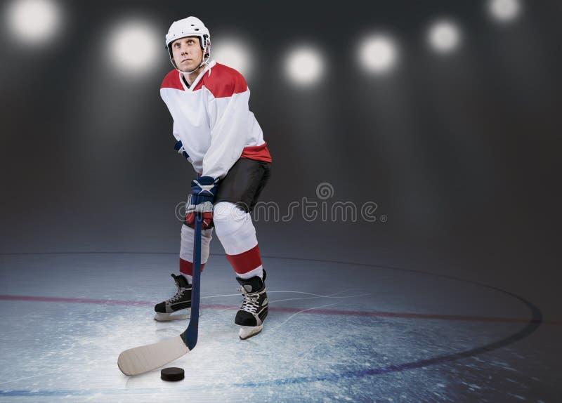 Jugador de hockey en el hielo fotografía de archivo libre de regalías