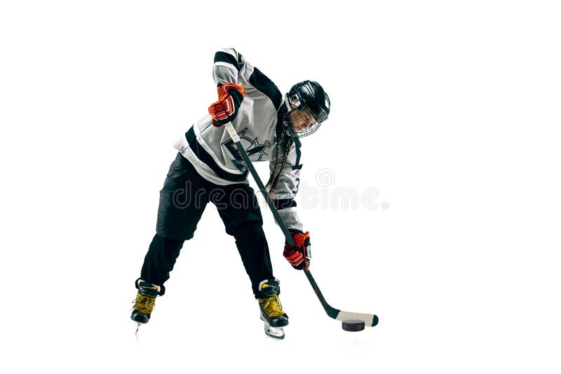 Jugador de hockey femenino joven con el palillo aislado en el fondo blanco fotos de archivo