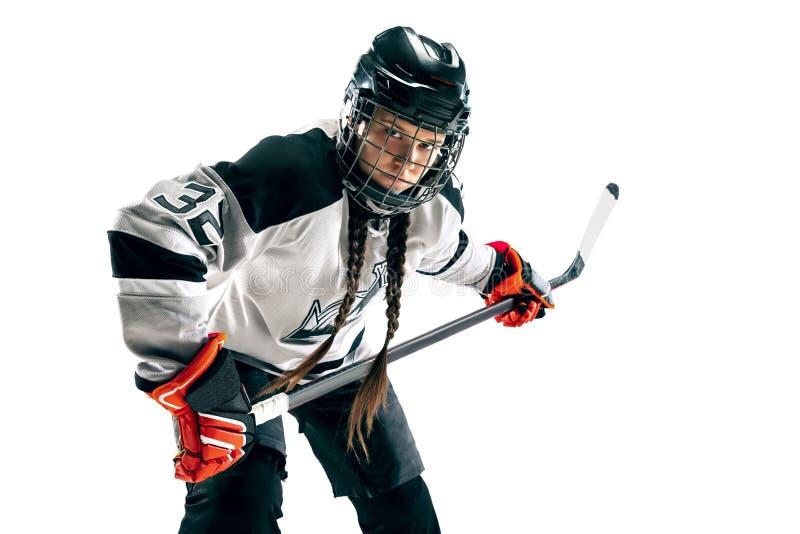 Jugador de hockey femenino joven con el palillo aislado en el fondo blanco fotografía de archivo