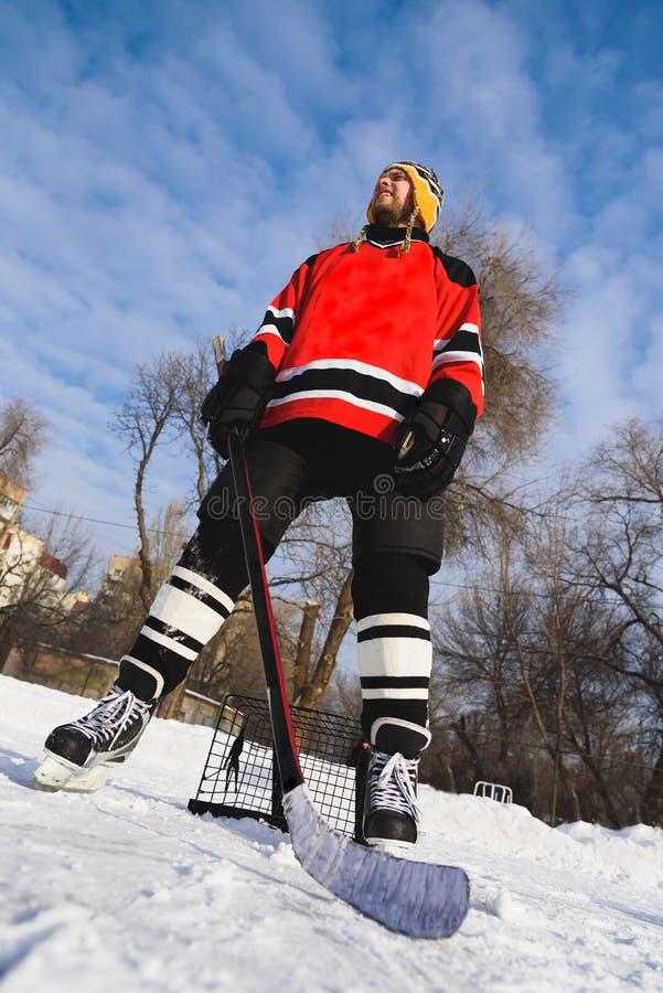 Jugador de hockey que se coloca cerca de la opinión inferior de la puerta foto de archivo libre de regalías