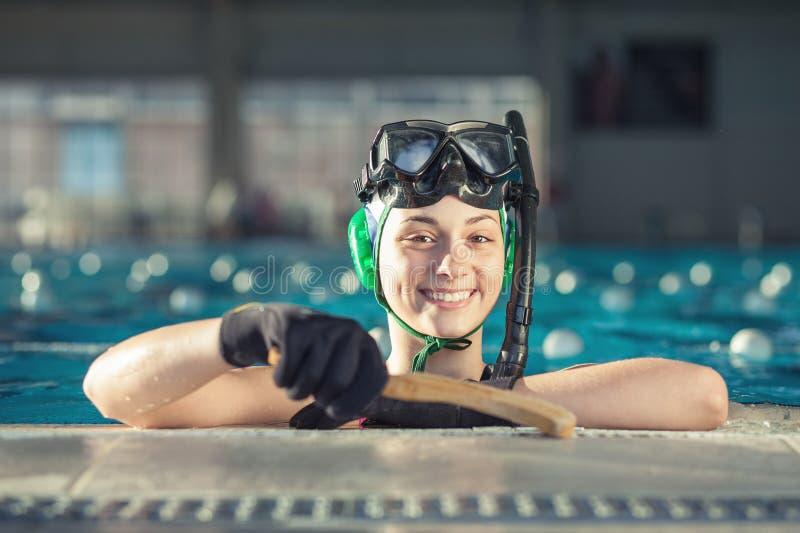 Jugador de hockey subacuático joven imagen de archivo libre de regalías