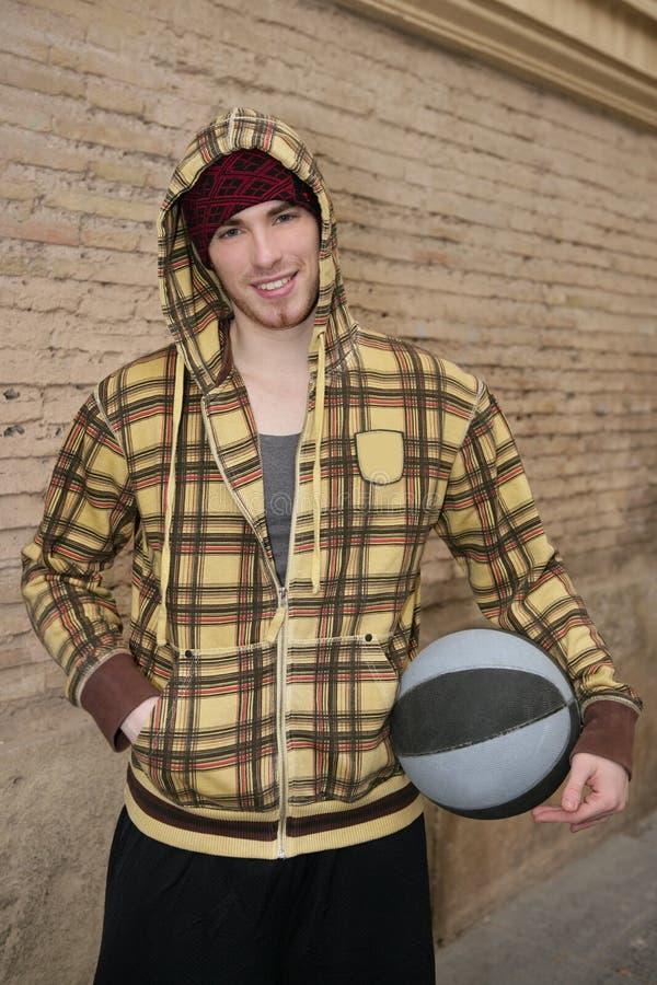 Jugador de la calle de la bola de la cesta de Grunge en brickwall imágenes de archivo libres de regalías