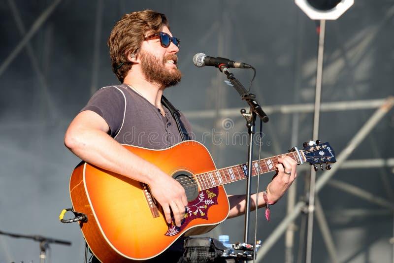 Jugador de la guitarra acústica y cantante de Midlake (banda de rock popular) en concierto en el festival 2014 del sonido de Hein foto de archivo
