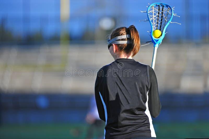 Jugador de la muchacha del lacrosse con la bola imagenes de archivo