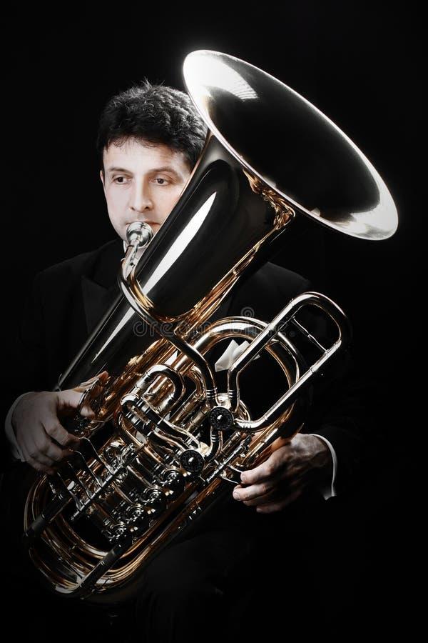 Jugador de la tuba Músicos de cobre amarillo con los instrumentos fotografía de archivo libre de regalías