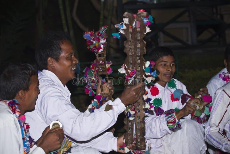 Jugador de música tradicional de Taru en Terai, Nepal fotos de archivo