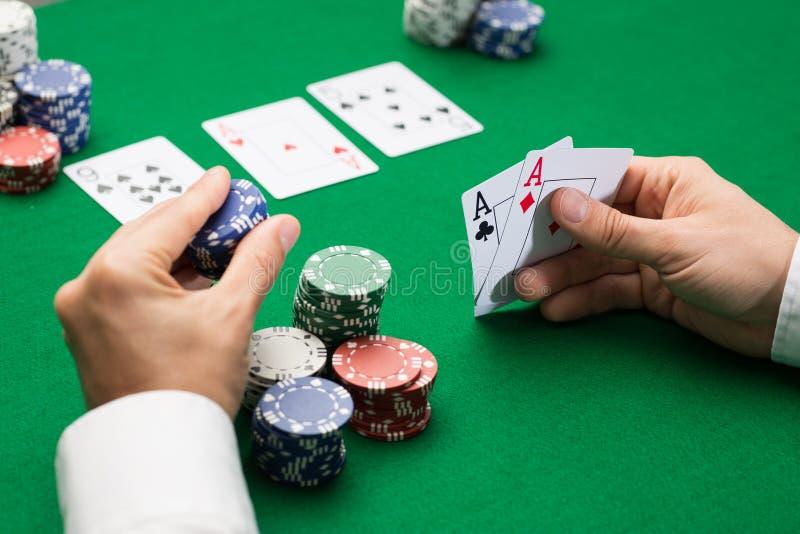 Jugador de póker con las tarjetas y los microprocesadores en el casino foto de archivo