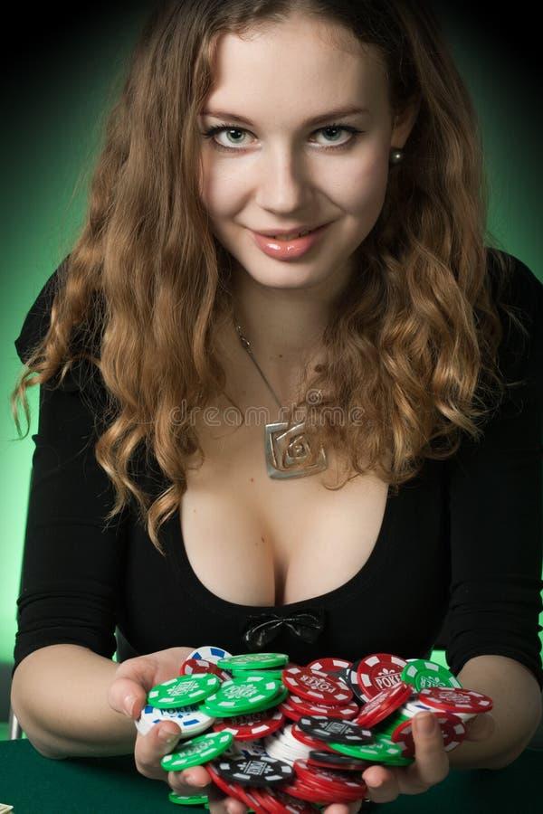 Jugador de póker en casino con las tarjetas y las virutas imagen de archivo libre de regalías