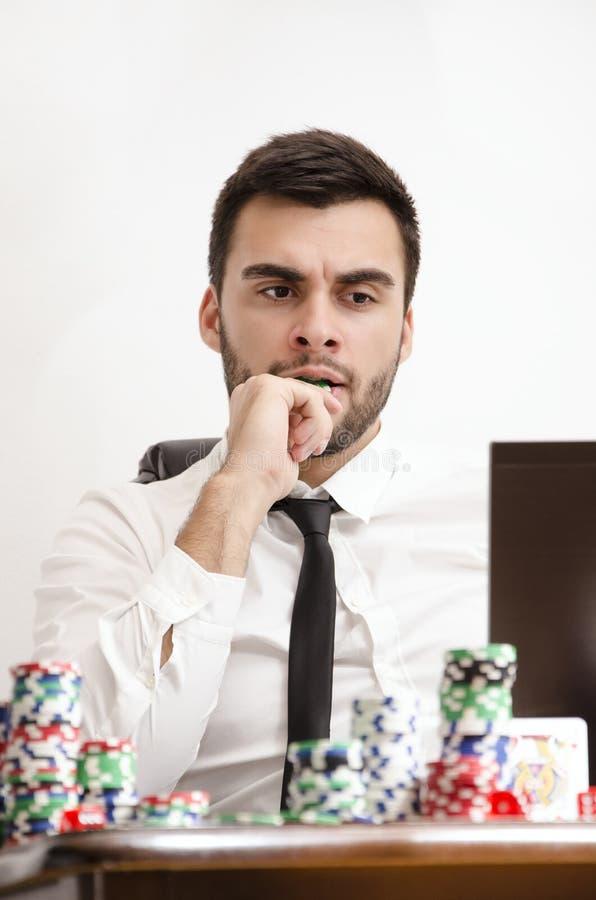 Jugador de póker en línea nervioso fotografía de archivo
