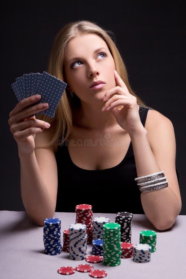 Jugador de póker femenino en casino con las tarjetas y los microprocesadores fotografía de archivo libre de regalías