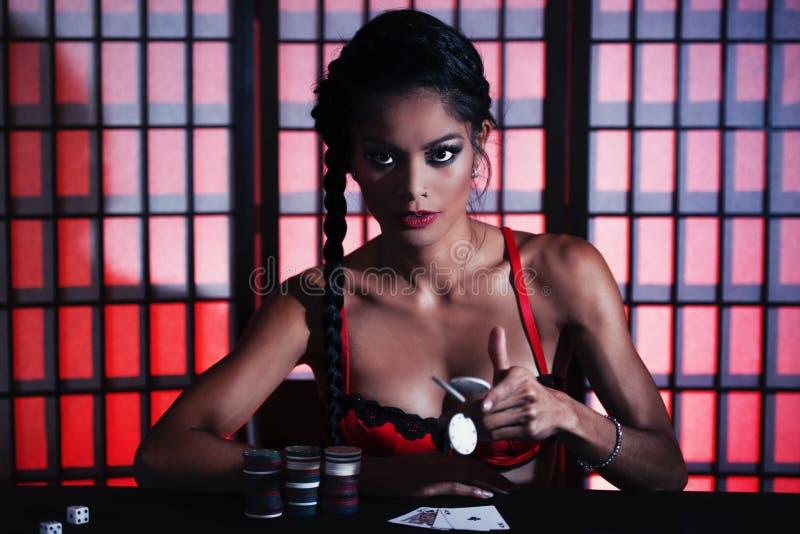 Jugador de póker femenino hermoso foto de archivo libre de regalías