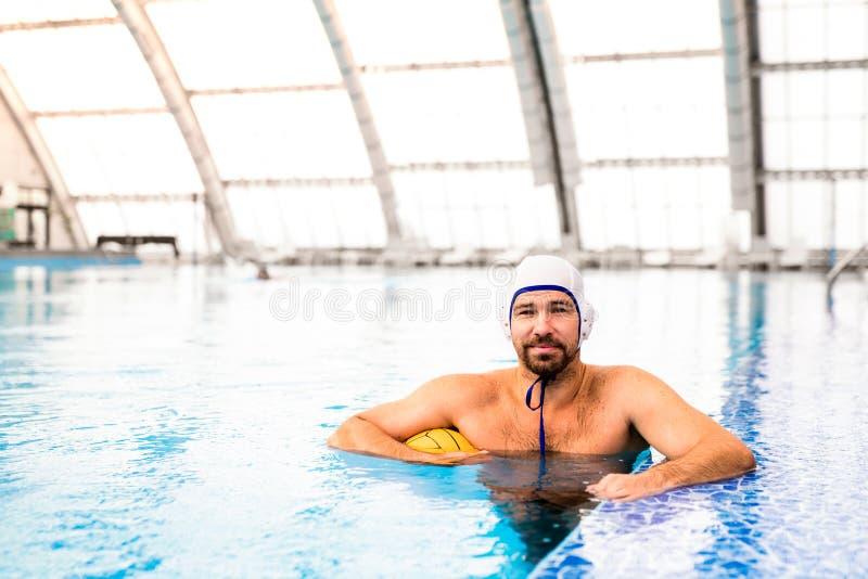 Jugador de polo del agua en una piscina fotos de archivo libres de regalías