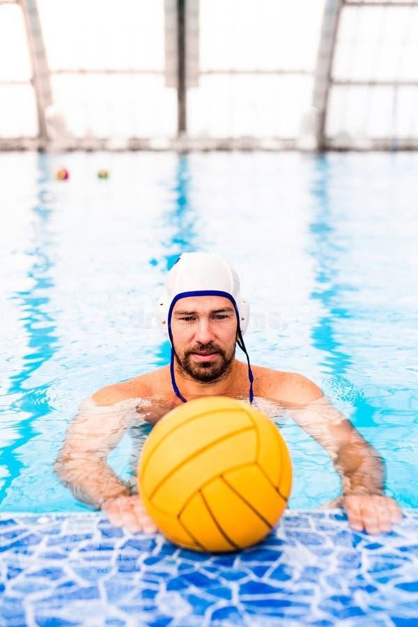 Jugador de polo del agua en una piscina foto de archivo libre de regalías