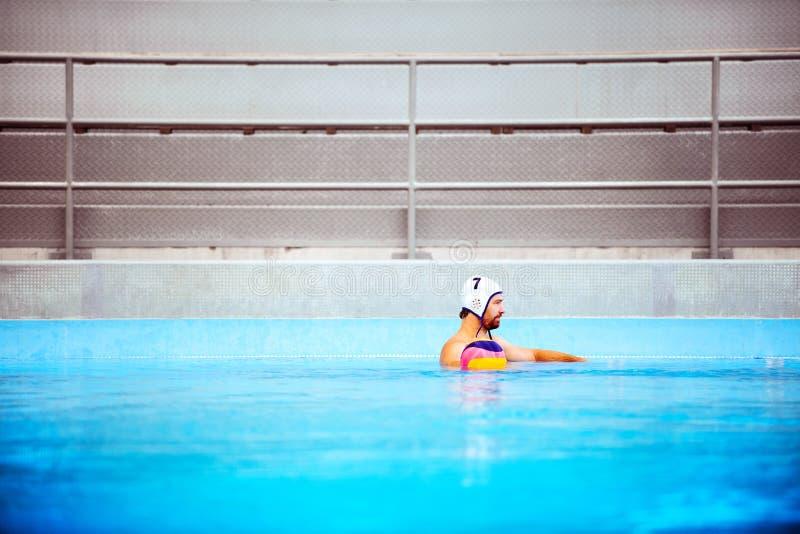Jugador de polo del agua en una piscina imagen de archivo libre de regalías