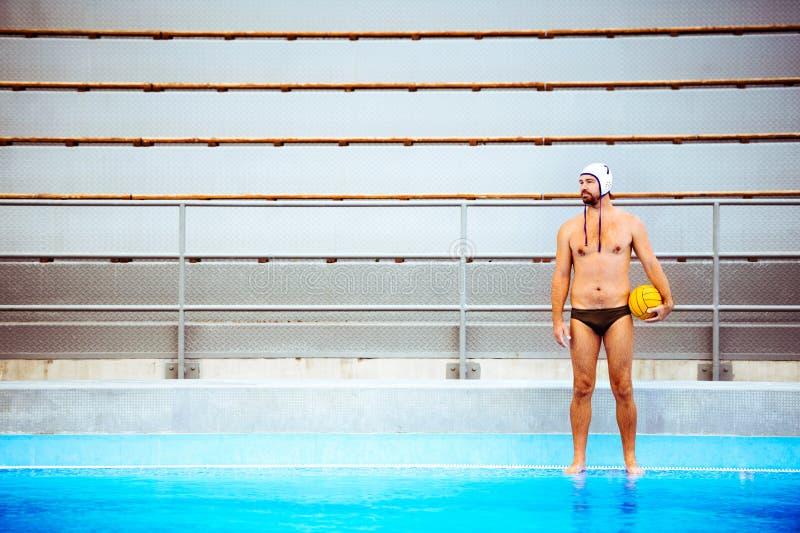 Jugador de polo del agua en una piscina imágenes de archivo libres de regalías