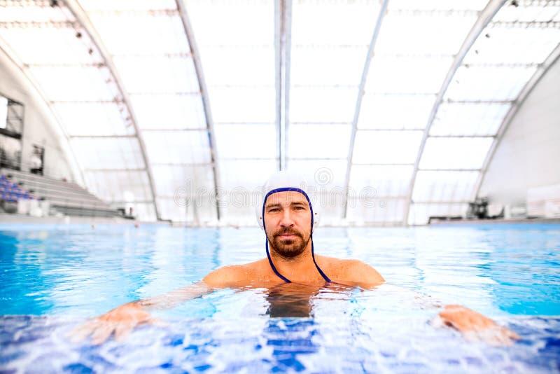 Jugador de polo del agua en una piscina fotografía de archivo