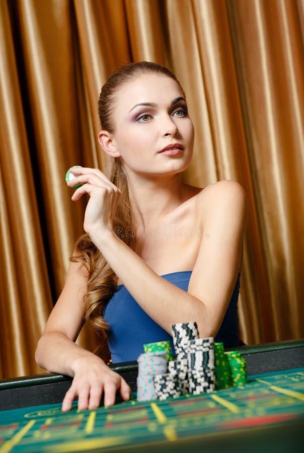 Jugador de sexo femenino en el vector del casino imagenes de archivo