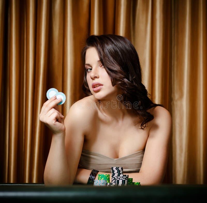 Jugador de sexo femenino en el vector del casino con los microprocesadores fotos de archivo libres de regalías