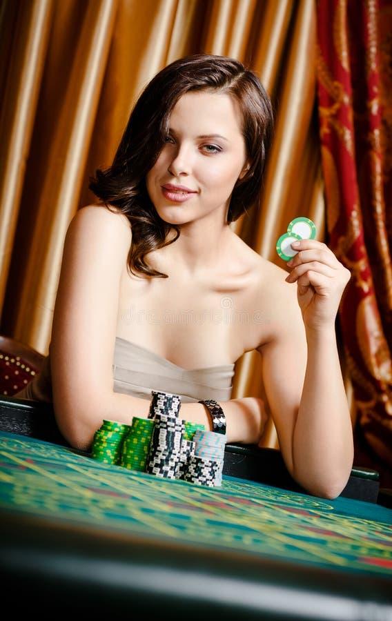 Jugador de sexo femenino en el vector que juega con los microprocesadores foto de archivo libre de regalías