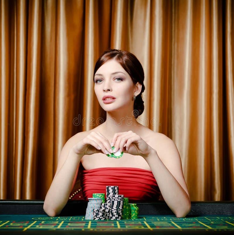Jugador de sexo femenino que se sienta en el vector del casino fotos de archivo libres de regalías