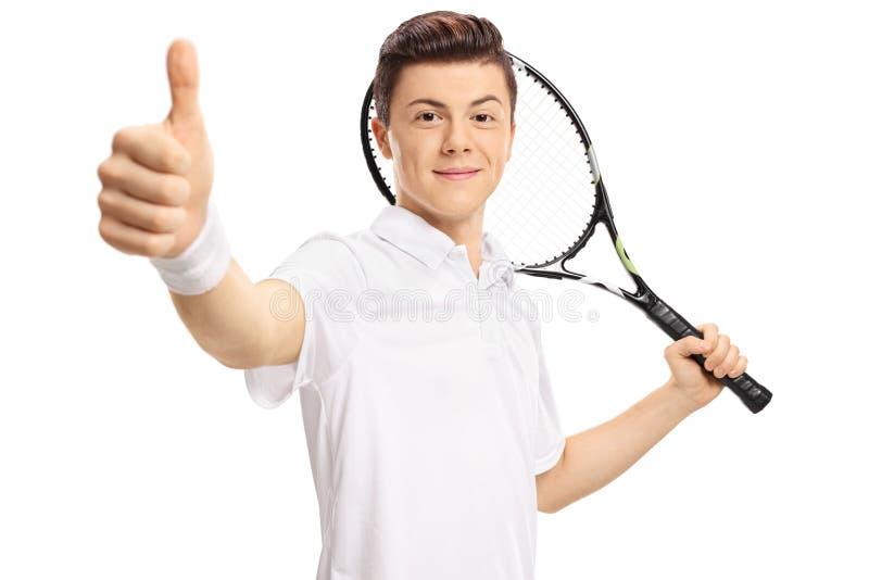 Jugador de tenis adolescente que hace un pulgar encima de la muestra fotografía de archivo