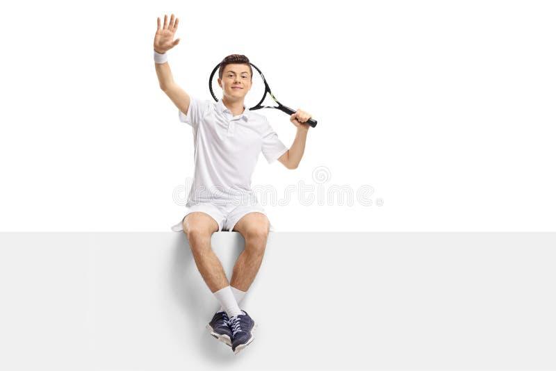 Jugador de tenis adolescente que se sienta en un panel y agitar fotos de archivo
