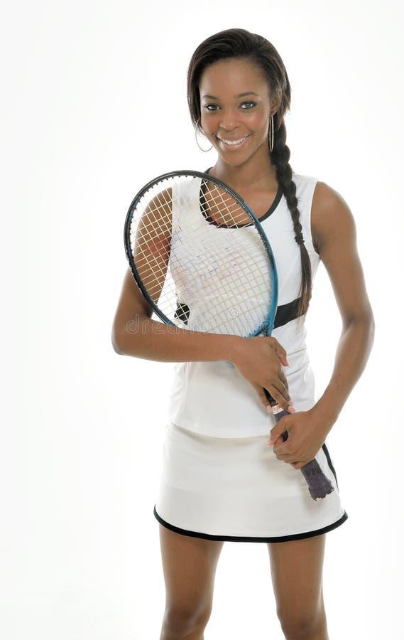 Jugador de tenis afroamericano joven imponente imágenes de archivo libres de regalías