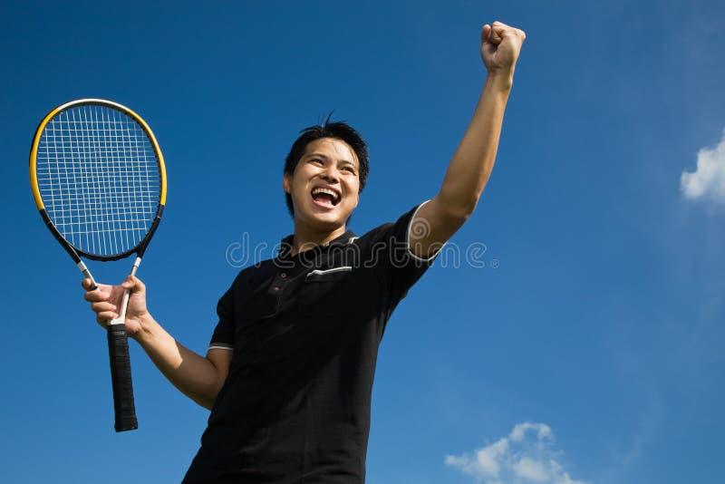 Jugador de tenis asiático en la alegría de la victoria fotos de archivo
