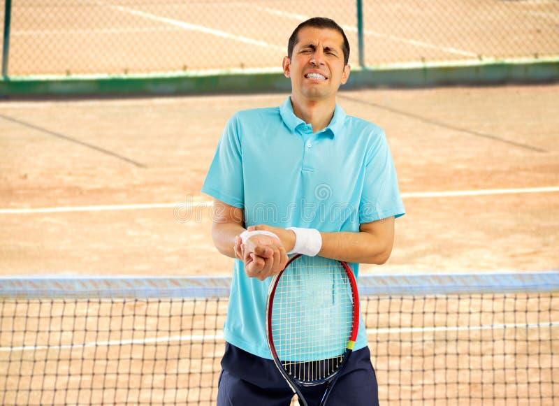 Jugador de tenis con dolor de la muñeca imagen de archivo