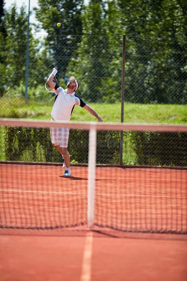 Jugador de tenis con la raqueta foto de archivo