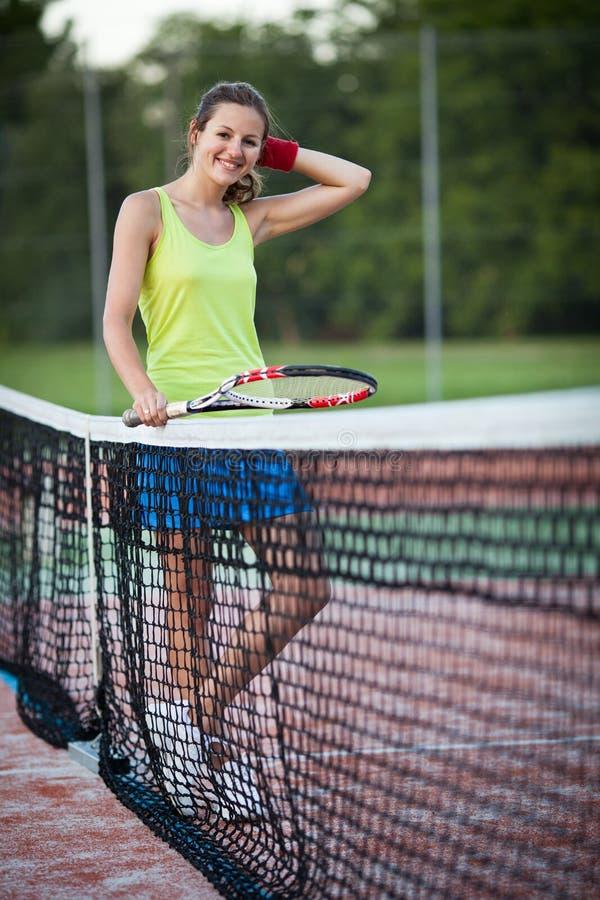 Jugador de tenis de sexo femenino en el campo de tenis fotos de archivo