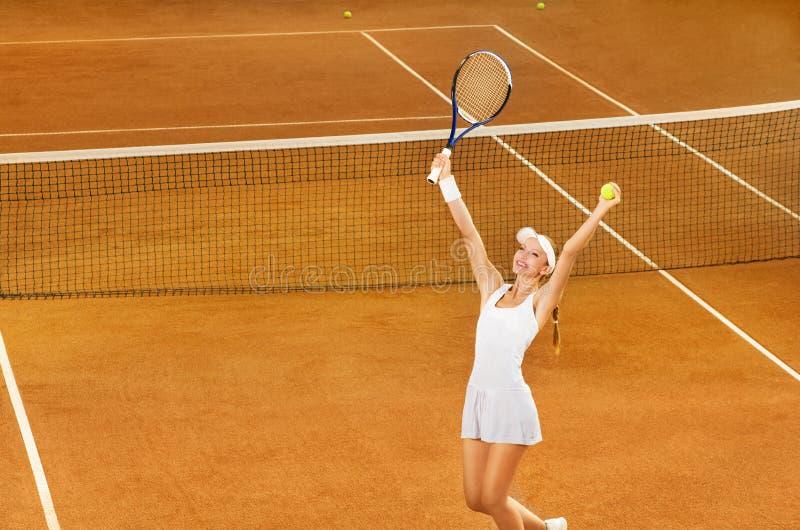 Jugador de tenis de sexo femenino que celebra la victoria imágenes de archivo libres de regalías