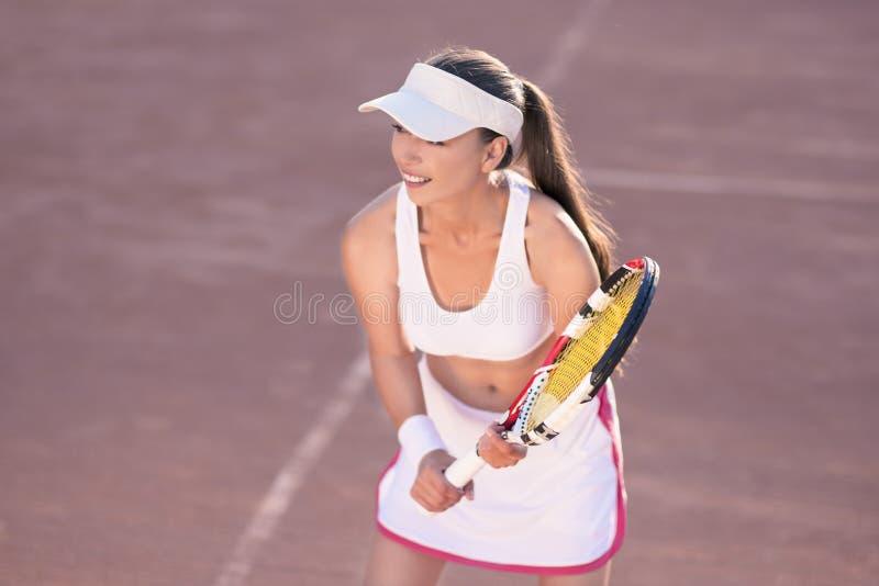 Jugador de tenis de sexo femenino profesional en campo de tenis foto de archivo libre de regalías