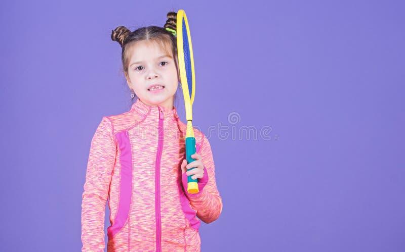 Jugador de tenis doble del peinado del bollo del ni?o lindo de la muchacha Ni?ez y juegos activos Educaci?n del deporte Peque?os  imagen de archivo