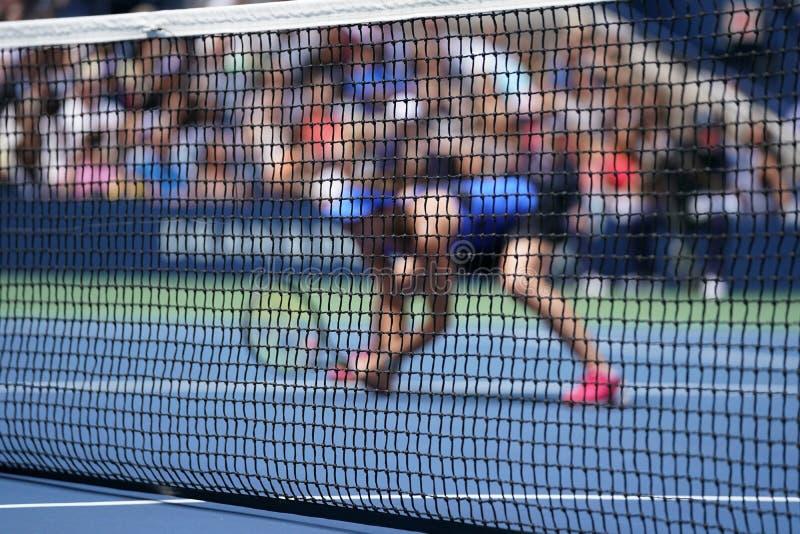 Jugador de tenis durante partido de los dobles fotos de archivo