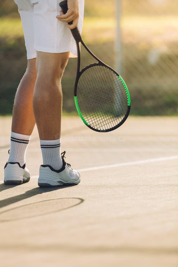 Jugador de tenis a en corte dura fotos de archivo