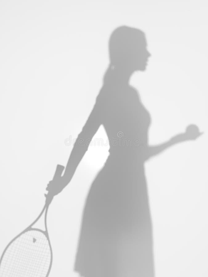 Jugador de tenis en el servicio, silueta de la mujer imagen de archivo