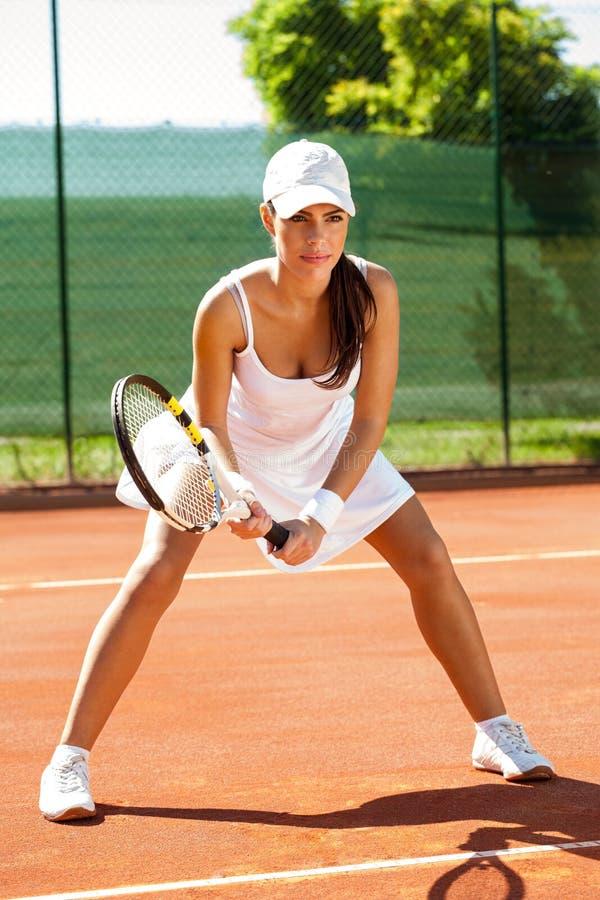 Jugador de tenis enfocado en campo de tenis fotografía de archivo