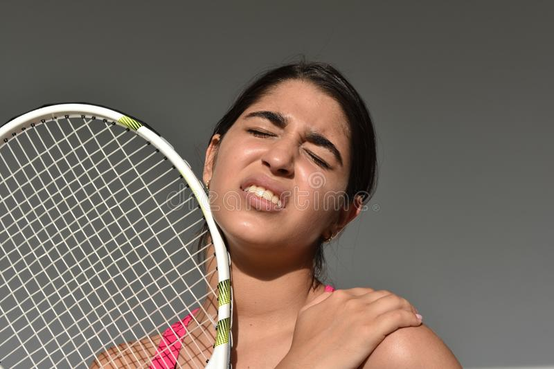 Jugador de tenis herido del adolescente de la muchacha del hombro imágenes de archivo libres de regalías