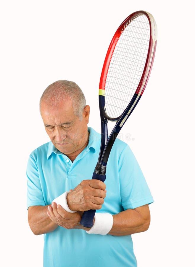 Jugador de tenis mayor con dolor de la muñeca foto de archivo