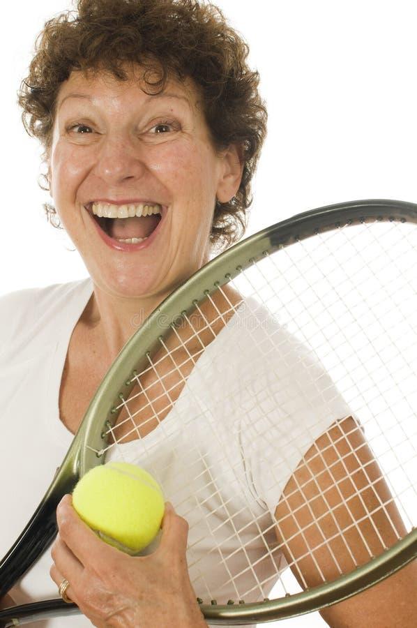 Jugador de tenis mayor del atleta de la mujer de la Edad Media foto de archivo