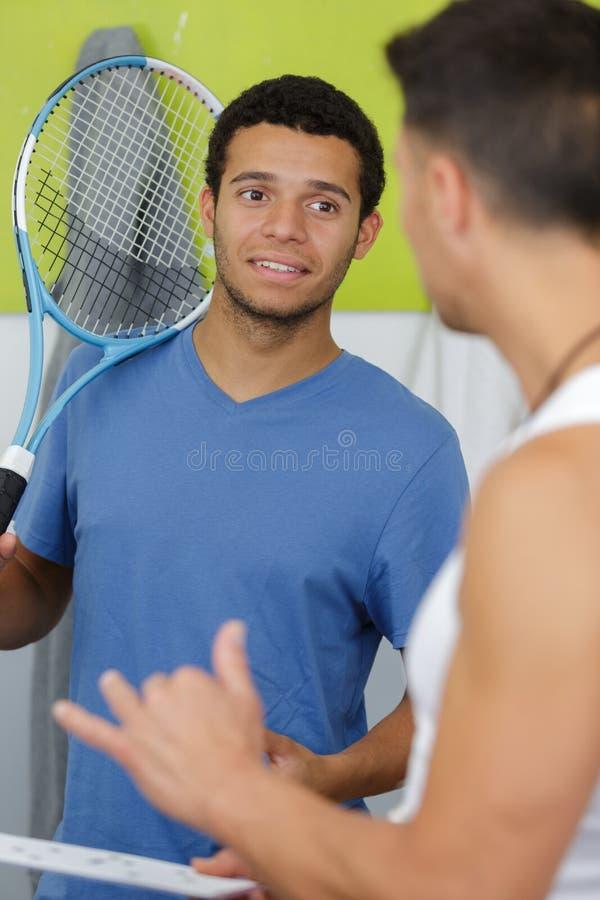 Jugador de tenis profesional del primer que habla para entrenar fotografía de archivo libre de regalías