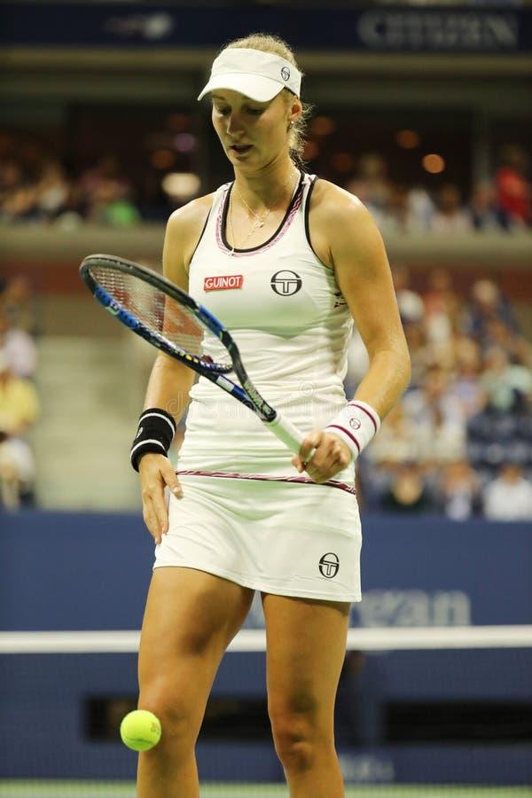 Jugador de tenis profesional Ekaterina Makarova de Rusia en la acción durante partido de la ronda del US Open 2016 primero imagen de archivo libre de regalías