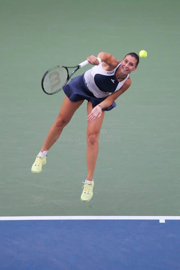 Jugador de tenis profesional Flavia Pennetta de Italia en la acción durante su partido final cuarto en el US Open 2015 imagenes de archivo