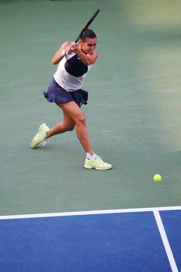 Jugador de tenis profesional Flavia Pennetta de Italia en la acción durante su partido final cuarto en el US Open 2015 imágenes de archivo libres de regalías