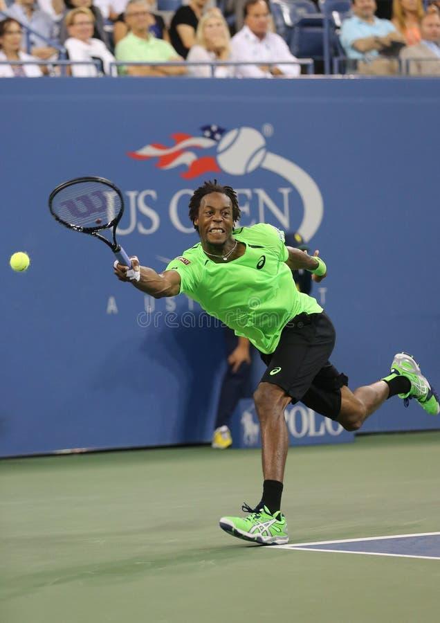 Jugador de tenis profesional Gael Monfis durante partido del cuarto de final contra el campeón Roger Federer del Grand Slam de di imagen de archivo