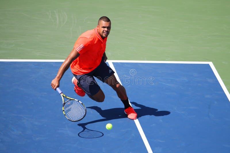 Jugador de tenis profesional Jo-Wilfried Tsonga de Francia en la acción durante su partido redondo cuatro en el US Open 2015 imagen de archivo libre de regalías