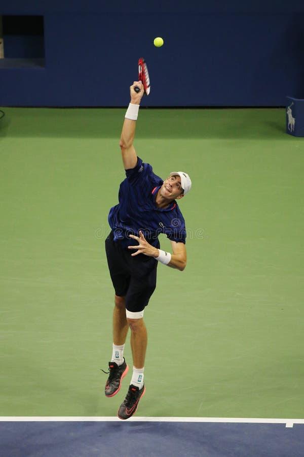 Jugador de tenis profesional John Isner de Estados Unidos en la acción durante su cuarto partido de la ronda en el US Open 2015 imagen de archivo libre de regalías