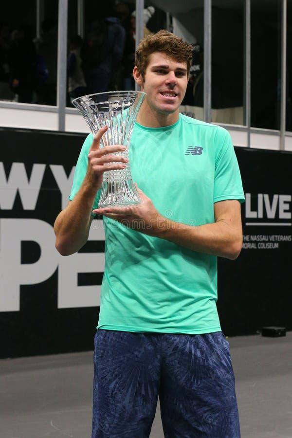 Jugador de tenis profesional Reilly Opelka de los E.E.U.U. durante la presentación del trofeo después de su victoria en la Nueva  fotografía de archivo
