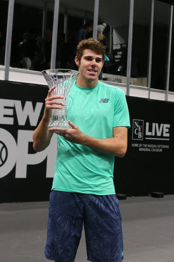 Jugador de tenis profesional Reilly Opelka de los E.E.U.U. durante la presentación del trofeo después de su victoria en la Nueva  imagenes de archivo